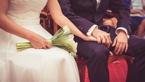 Pieniądze czy prezenty – co lepiej dawać młodej parze?